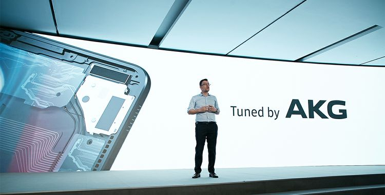 On+stage+at+MWC+Samsung+Tuned+by+AKG_mid